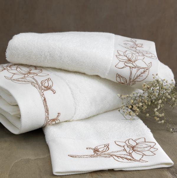 Soft Cotton Luxusní ručník VIOLA 50 x 100 cm. Nadýchaný bílý ručník VIOLA v rozměru 50x100 cm s precizní výšivkou v zlaté barvě připomíná tajemnou krásu aristokratických komnat. Smetanová / bronzová výšivka