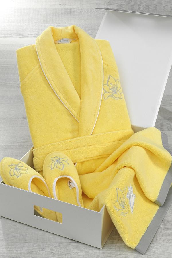 Dámský krátký župan LILIUM + pantofle + ručník + dárkový box. Nádherně vypracovaný dámský župan LILIUM svou sytě žlutou barvou vnese radost a pohodu do každého vašeho dne. Je vyroben ze 100% česané bavlny, takže dobře saje vlhkost, rychle schne a k pokožc