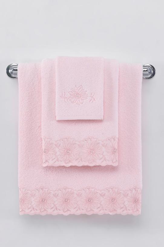 Soft Cotton Dárkové balení ručníků a osušek MELODY. Jemný květinový vzor tvoří lem ručníků a ačkoli je to jediné zdobení, bohatě postačuje k tomu, aby propůjčilo ručníkům velmi elegantní vzhled. Růžová