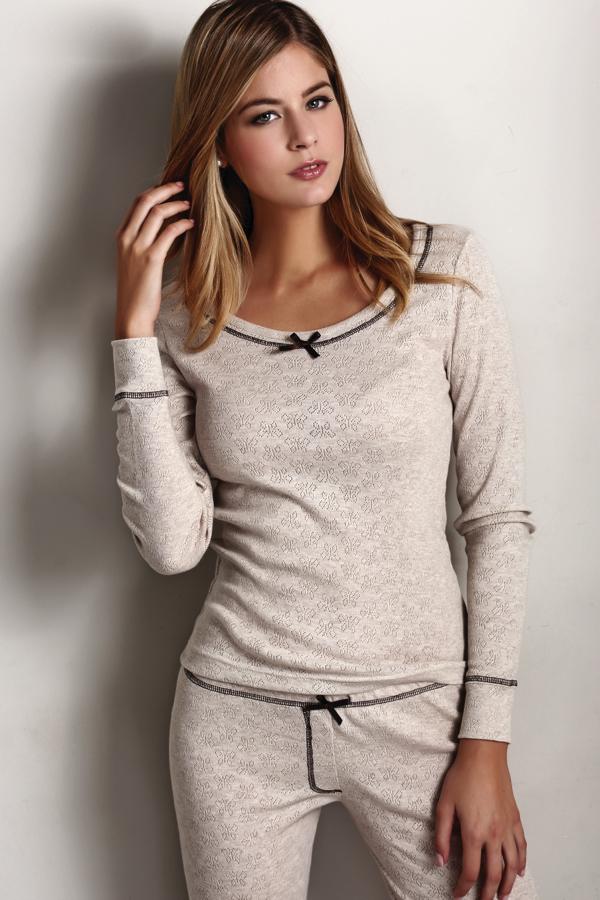 Luisa Moretti Dámské pyžamo ELISA. Mimořádně příjemné, z kvalitního materiálu, šetrné k pokožce – takové je dámské pyžamo ELISA. Dlouhé rukávy i nohavice jsou zakončeny pohodlným úpletem. S Přírodní