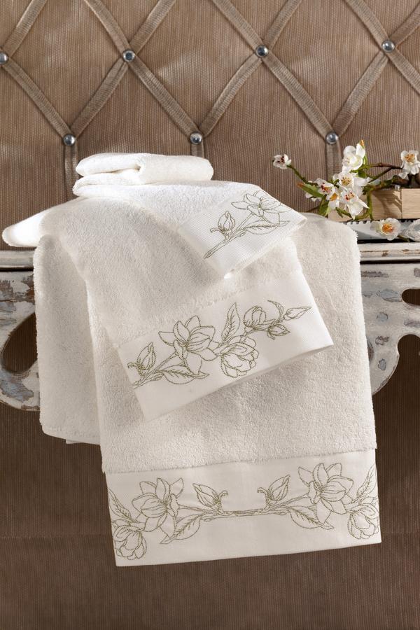 Soft Cotton Luxusní ručník VIOLA 50 x 100 cm. Nadýchaný bílý ručník VIOLA v rozměru 50x100 cm s precizní výšivkou v zlaté barvě připomíná tajemnou krásu aristokratických komnat. Smetanová / zlatá výšivka