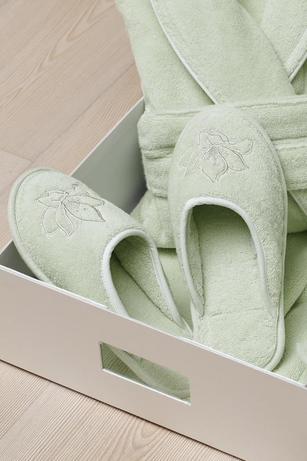 Soft Cotton Dámské pantofle LILIUM. Froté pantofle zdobené vyšitou kytkou a s gumovou podrážkou z kolekce LILIUM. 28 cm (vel. 38/40) Pistáciová