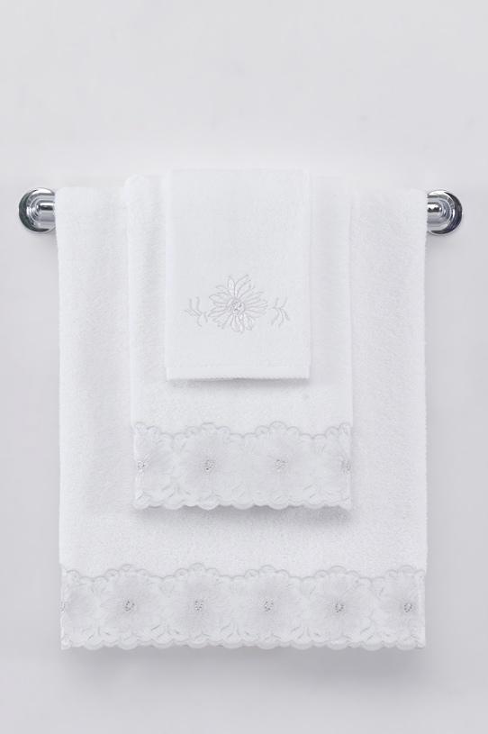 Soft Cotton Dárkové balení ručníků a osušek MELODY. Jemný květinový vzor tvoří lem ručníků a ačkoli je to jediné zdobení, bohatě postačuje k tomu, aby propůjčilo ručníkům velmi elegantní vzhled. Bílá